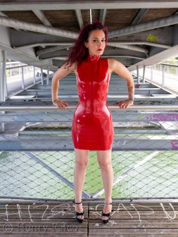 Rubber_Girl_Latex_Fetish_Red_Karima_17A5334