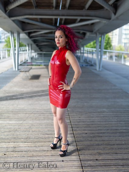 Rubber_Girl_Latex_Fetish_Red_Karima_17A5355