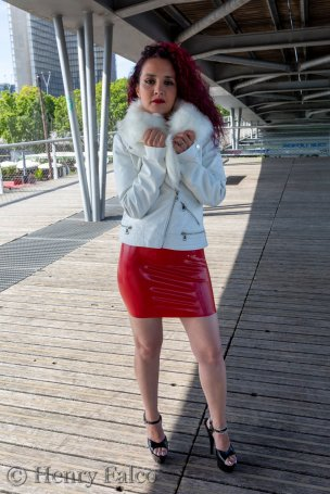 Rubber_Girl_Latex_Fetish_Red_Karima_17A5381